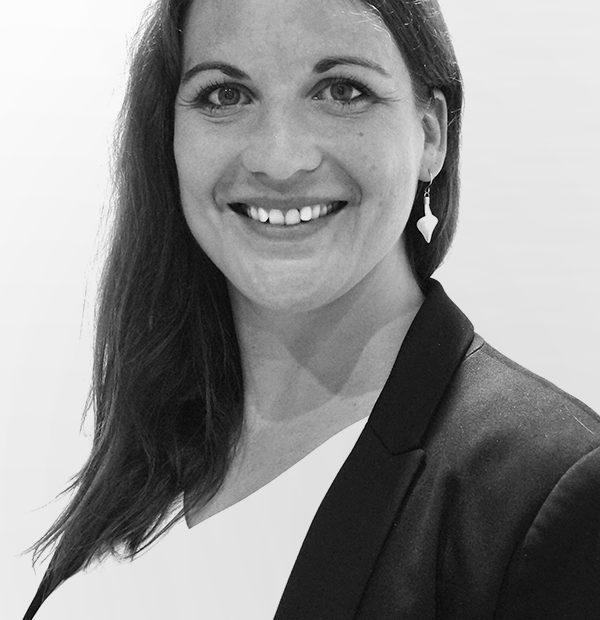 Claire Tisserant avocate du cabinet Montmartre en droit des étrangers, droit du dommage corporel, droit des contrats, droit des sociétés et des associations